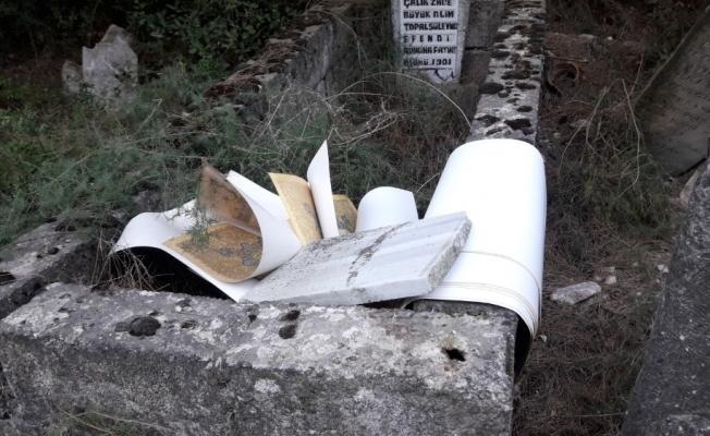 Tarihi mezarlığa atılan kitaplar tepki çekti