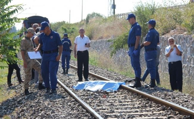 Trenin çarptığı yaşlı adam feci şekilde can verdi