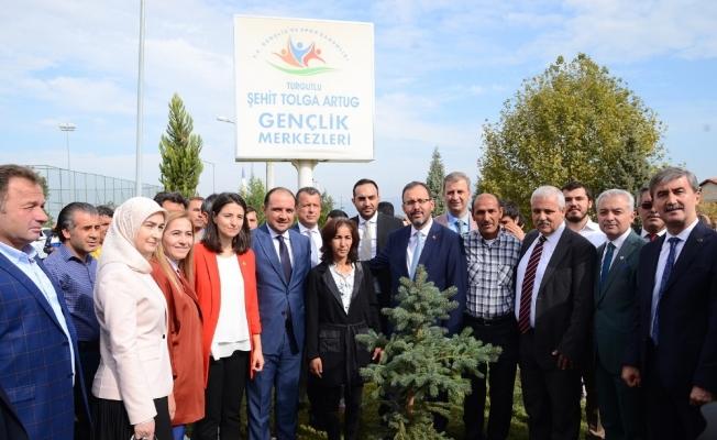 Bakan Kasapoğlu, öğrencilerle türkü söyledi, fidan dikti