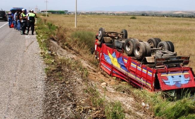 Üzüm yüklü kamyon tarlaya uçtu: 2 yaralı