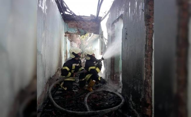 Manisa'da metruk binada yangın
