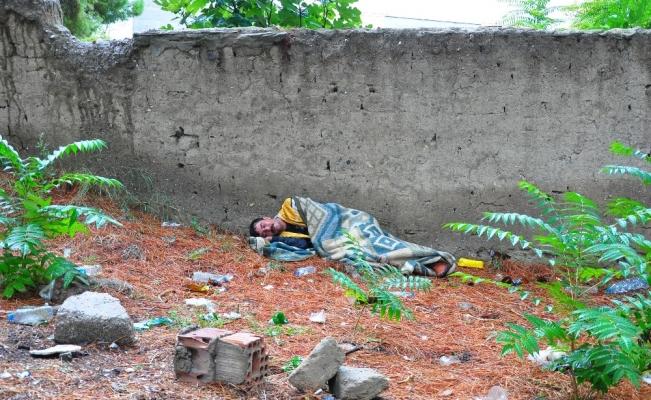 Sokakta yaşayan sara hastası genç, ölmemek için yardım bekliyor