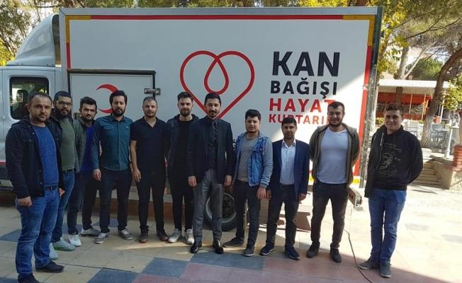 AK Parti'li gençlerden kan bağışı