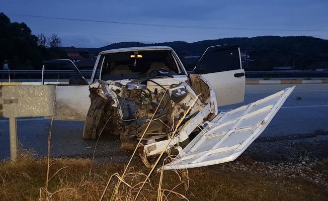 Karşı şeride geçen araç bariyerlere çarptı: 1 ölü, 1 yaralı