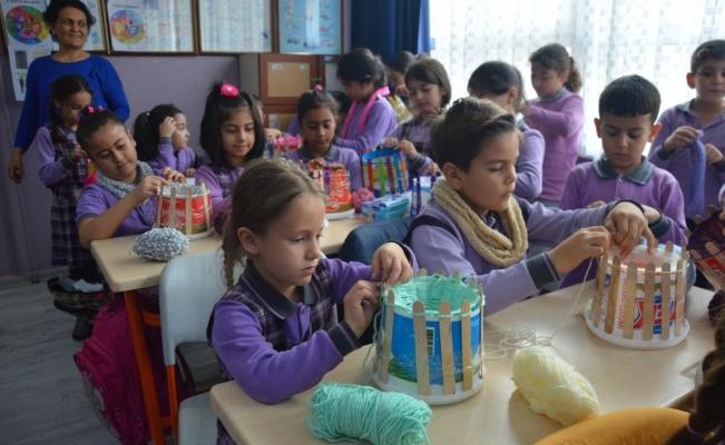 Köy çocukları için örüyorlar