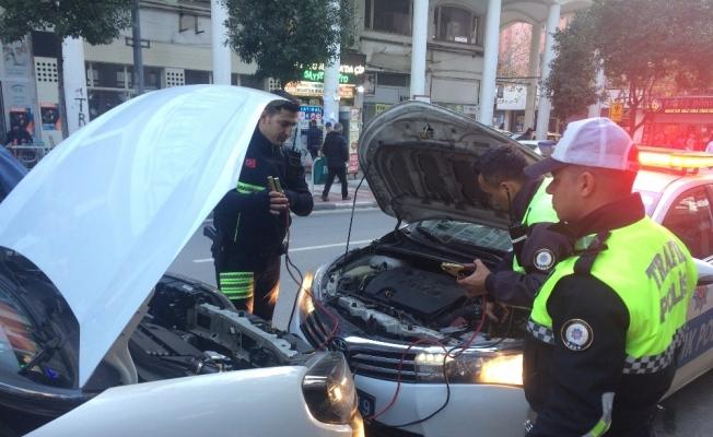 Aküsü biten sürücünün yardımına polis yetişti