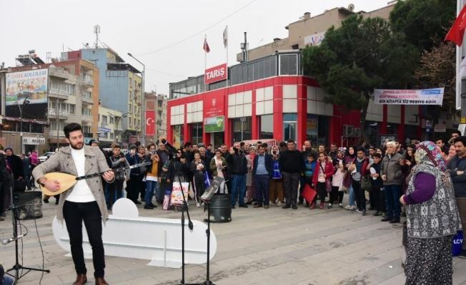Alaşehirlilere sokakta müzik ziyafeti