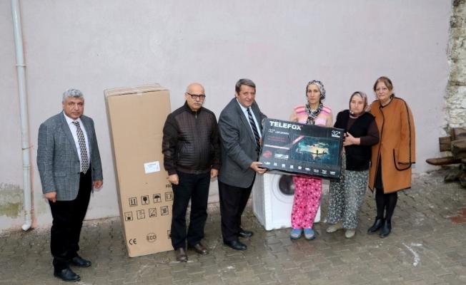 Evi yanan aileye eşya desteği