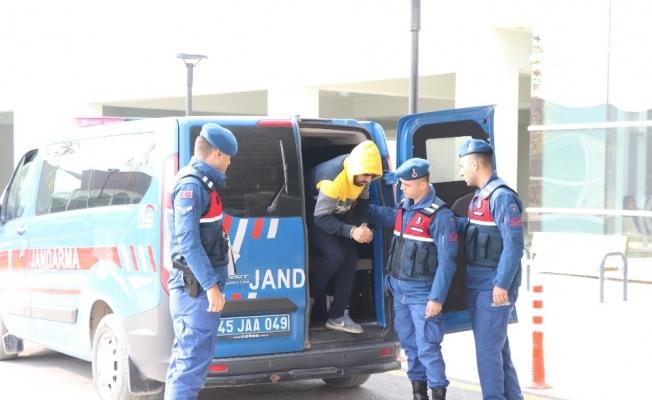 Hırsızlar çaldıkları rögar kapaklarını satmak isterken yakalandı