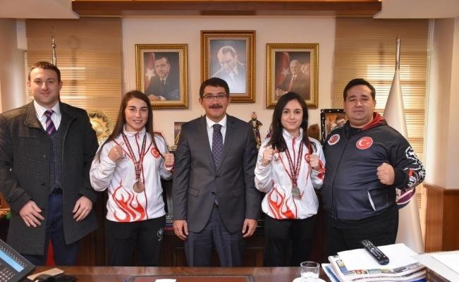 Şampiyonluk sevinçlerini Başkan Çelik'le paylaştılar