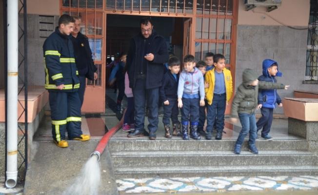 Okulun bodrumunu su bastı, Irlamaz Çayı taşma noktasına geldi