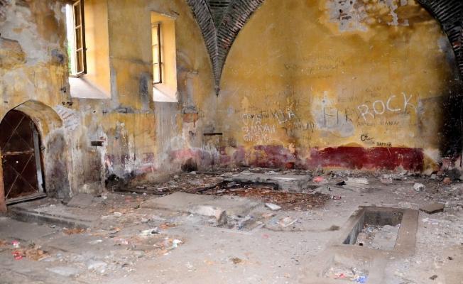 (Özel) Manisa'da 500 yıllık tarihi yapı yok oluyor