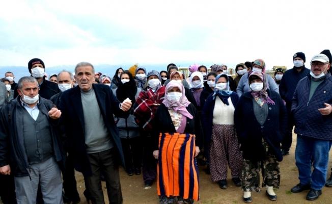 Sarıgöllü çiftçiler, jeotermal alanı maskeleriyle inceledi