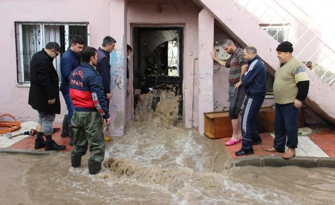 Sel suları evlerin pencerelerinden taştı