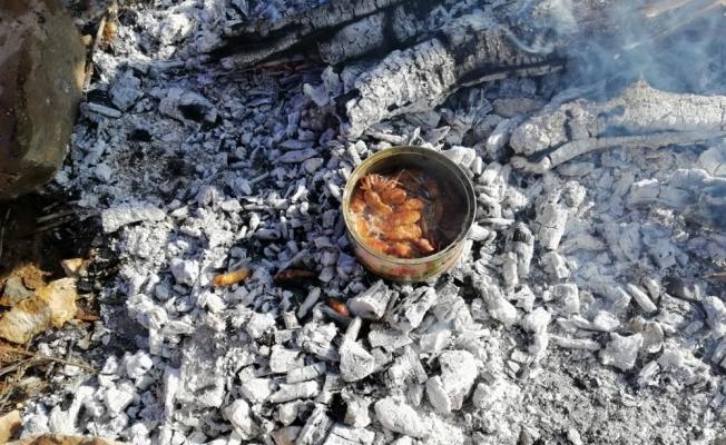 Manisalı dağcılar çekirge ve böcek yedi