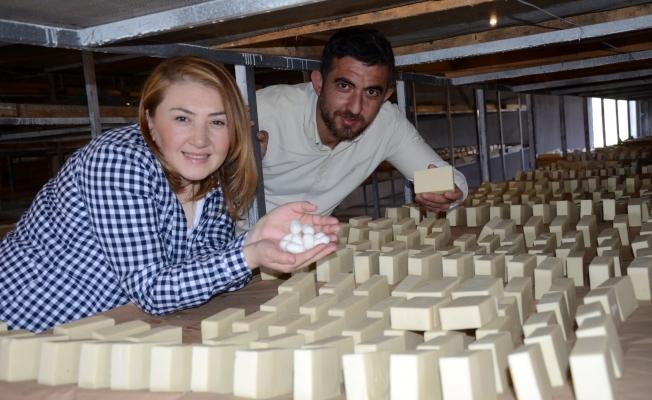 Girişimci çift ipek kozasından sabun üretti