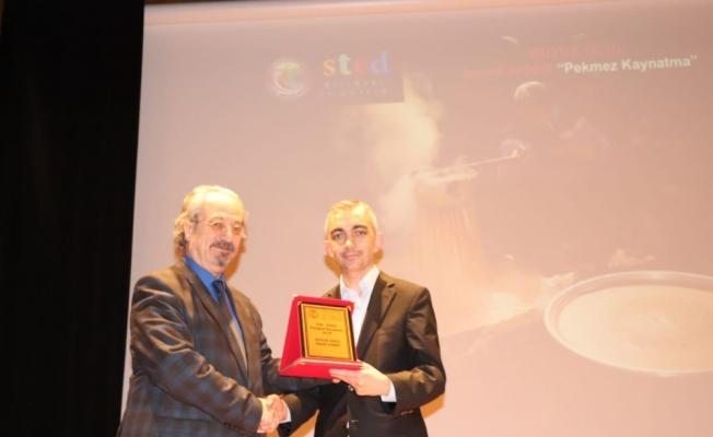 Manisalı sağlıkçı Ankara'dan iki ödülle döndü