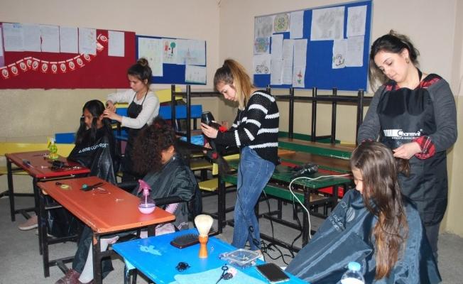 Salihli'de öğrencilere ücretsiz tıraş