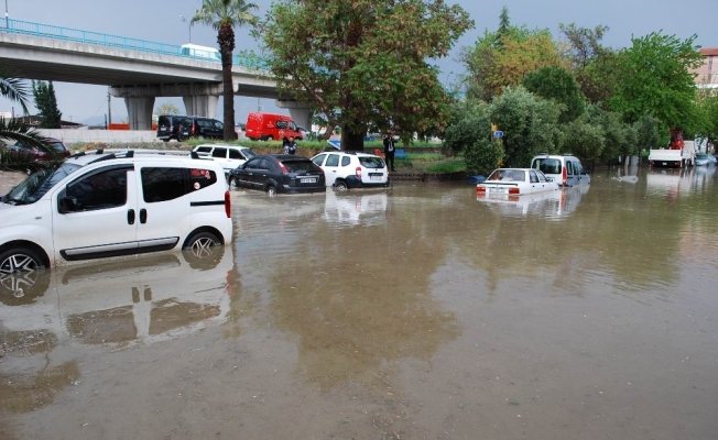 Salihli'de yarım saatlik yağmur hayatı felç etti