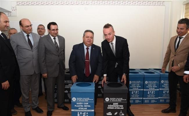 'Sıfır atık' projesi kapsamında kurumlara geri dönüşüm kutuları dağıtıldı