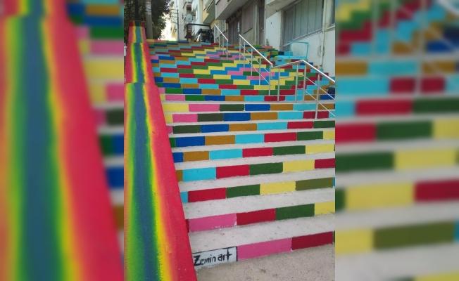 Adakale'nin merdivenleri gökkuşağı renklerine büründü