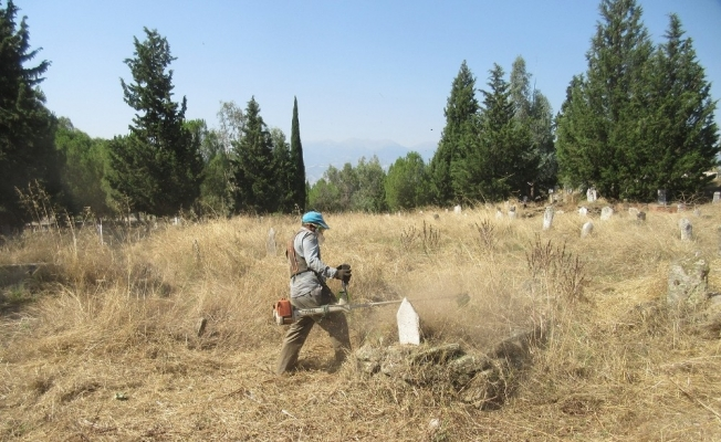 Alaşehir mezarlıkları bayrama hazırlanıyor