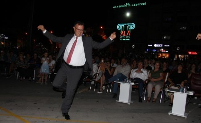 Başkan Öküzcüoğlu TSM konserinde zeybek oynadı