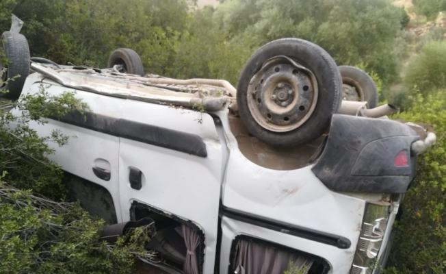 Uçuruma yuvarlanan araç sürücüsü yaralandı