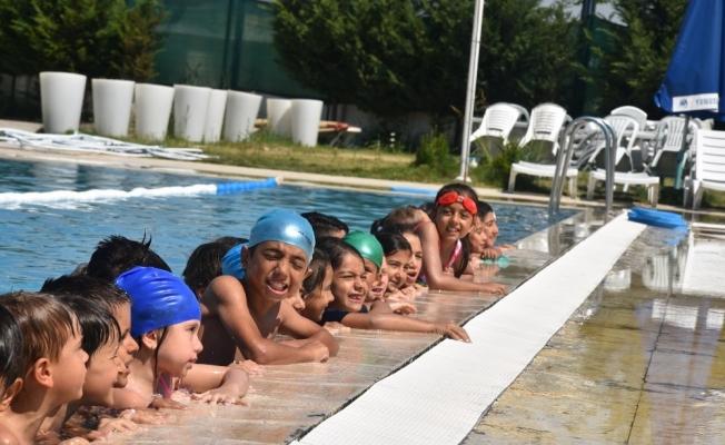 Yunusemre'de bin öğrenci yüzme öğreniyor