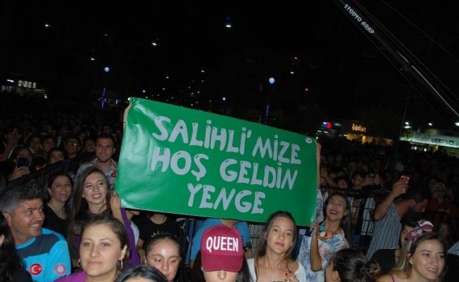 """Derya Uluğ'a Manisa'da """"Hoş geldin yenge"""" pankartı"""