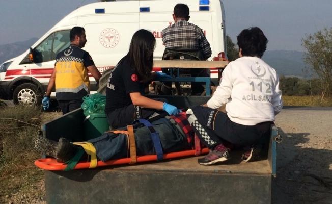 Ambulans ova yoluna giremedi, yaralı traktör kasasında taşındı
