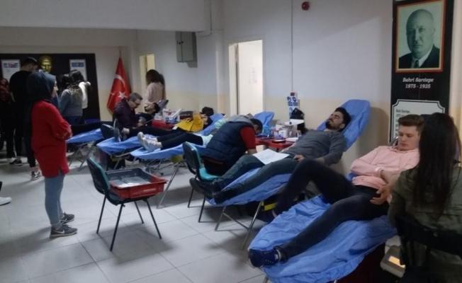Manisa Büyükşehir Belediyesi gençleri kan bağışı yaptı