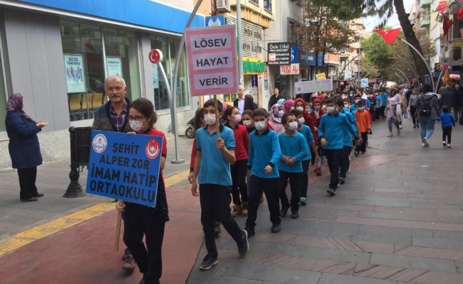 Alaşehirli öğrenciler lösemili çocuklar için yürüdü
