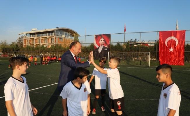 Başlama vuruşunu Çetin Akın yaptı, futbol şenliği başladı