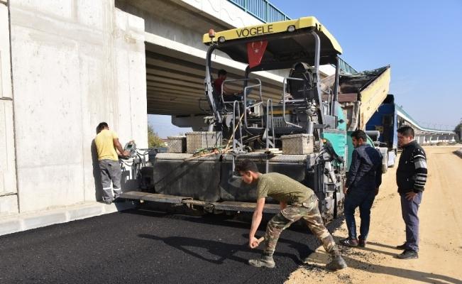 Bülent Ecevit Köprülü Kavşak'ta yan yollara asfalt atılıyor