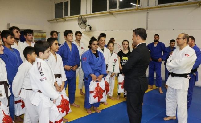 Manisa'da judoculara spor malzemeleri dağıtıldı