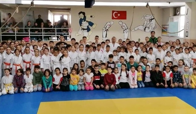 Salihli'de 200 judocu kemer atladı