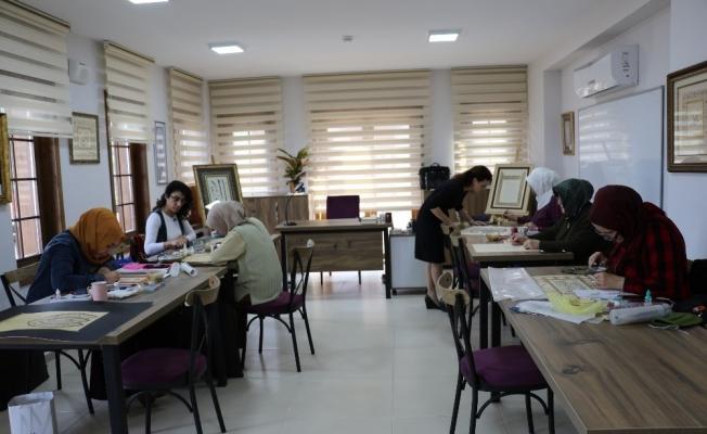 Yunusemre Belediyesi ile tezhip sanatını öğreniyorlar