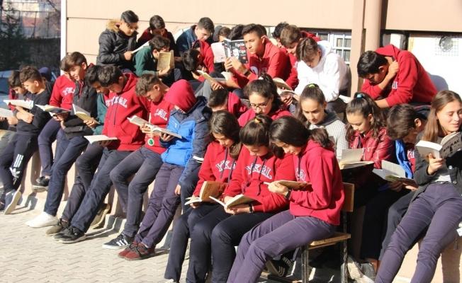 Kula protokolü ve öğrenciler okul bahçesinde kitap okudu