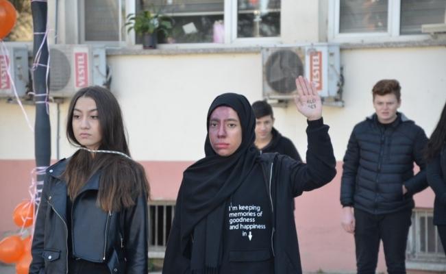 Öğrenciler, sokak tiyatrosu ile kadına şiddete 'hayır' dedi
