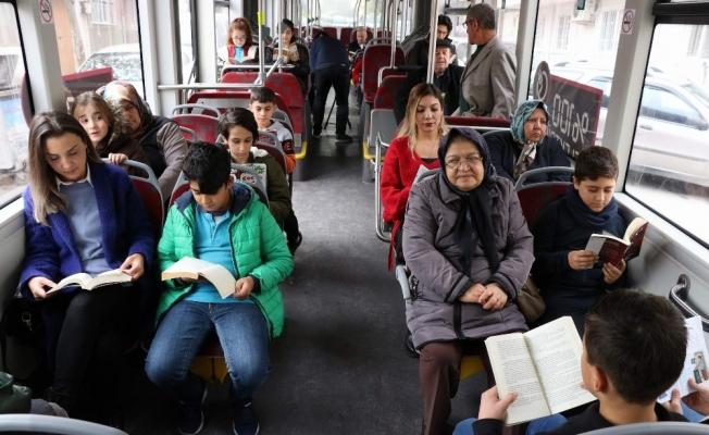 (Özel) Öğrenciler halk otobüslerinde farkındalık için kitap okudu