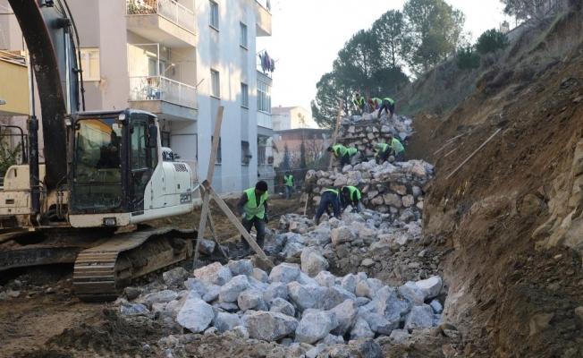 Anadolu Lisesinin çöken istinat duvarı yeniden yapılıyor