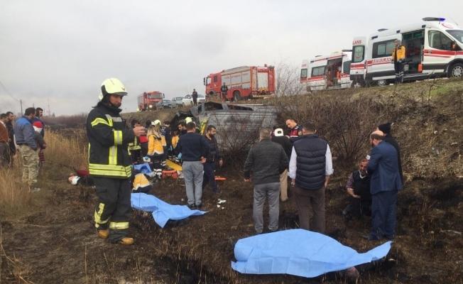 Köpeğe çarpmamak için direksiyonu kırdı, minibüs şarampole uçtu: 2 ölü, 9 ağır yaralı