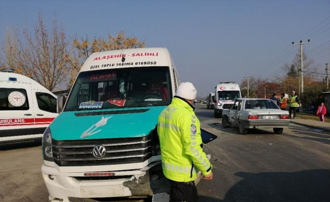 Manisa'da minibüs ile otomobil çarpıştı: 4 yaralı
