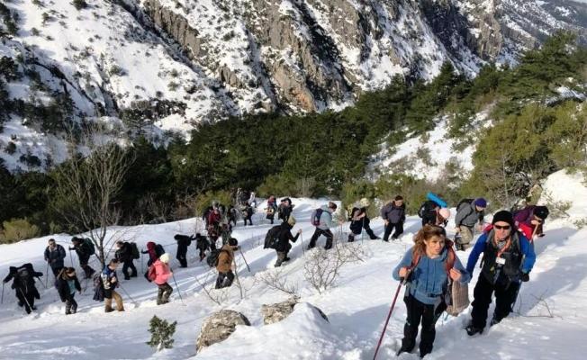 Spilos dağcıları karda zirveye yürüdü