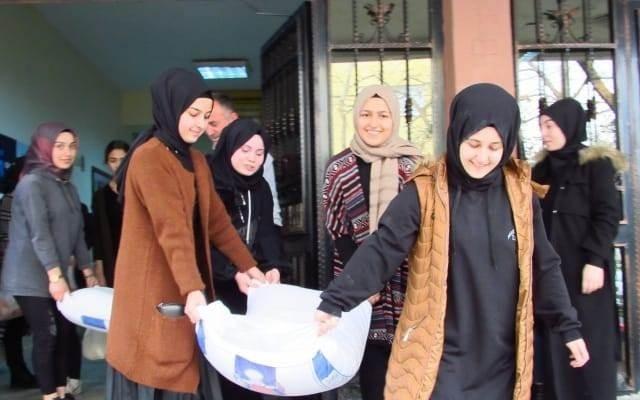 İmam hatipli kızlardan savaş mağdurlarına un yardımı