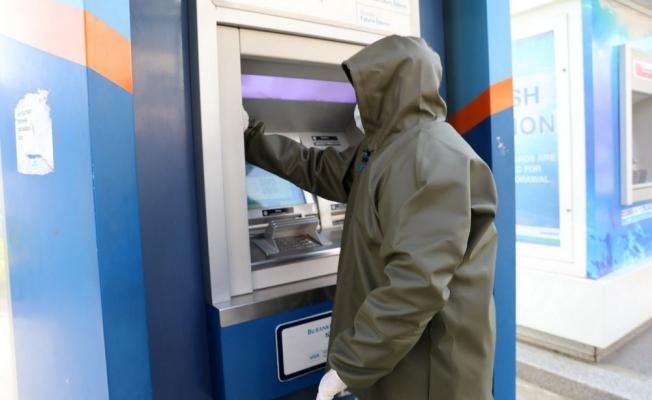 Akhisar Belediyesi ATM'leri dezenfekte ediyor
