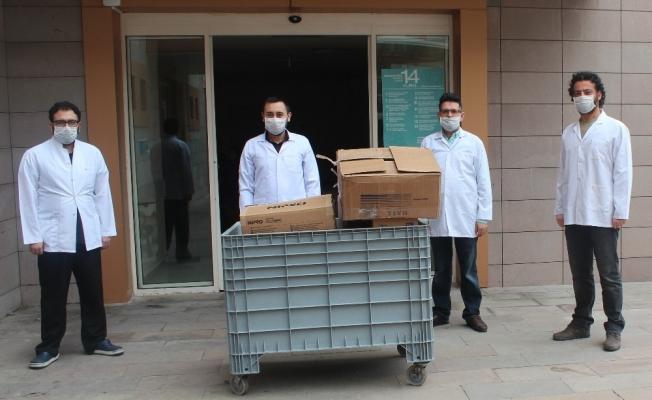 Manisa'da eczacılardan sağlıkçılara maske bağışı