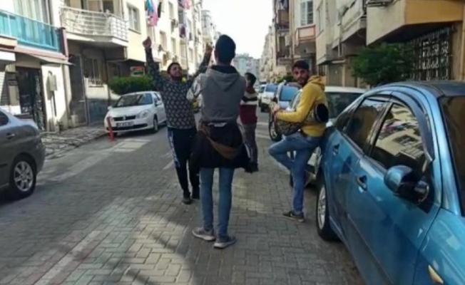 Koronayı hiçe sayıp darbuka çalarak para toplayan gençleri polis affetmedi