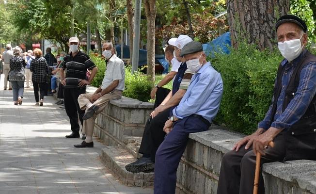 65 yaş üstü yeniden sokaklarda